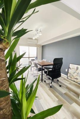 シンプルで清潔感のあるつくりで集中力もUP! - フレックス藤沢鵠沼店 多目的スペース・貸し会議室の室内の写真