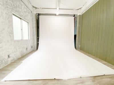 【3階】背景紙使用例 横幅2.72m 白背景 - スタジオ クリームソーダの室内の写真