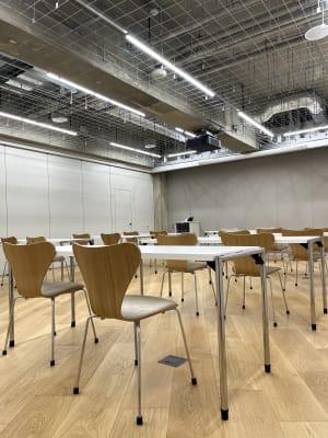 セミナールーム1 椅子はセブンチェアをクッション加工し使用しています。 - ルーフラッグ賃貸住宅未来展示場 3階セミナールーム①の室内の写真