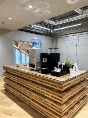 コーヒー・お水はセルフでご利用いただけます。無料です。 - ルーフラッグ賃貸住宅未来展示場 3階セミナールーム①の設備の写真