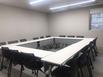 個室の会議室には小窓があり、換気が可能です。 - ルーフラッグ賃貸住宅未来展示場 3階 ミーティングルームの室内の写真