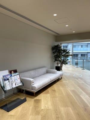 共有スペースでご自由にくつろげます。 - ルーフラッグ賃貸住宅未来展示場 3階 ミーティングルームの設備の写真