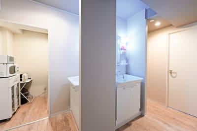 リビングを抜けた先が洗面台(2つ)と簡易キッチン、さらに奥にもお部屋があります(寝室なので時間貸し用ではありません。) - 札幌JOW2ビル 100m2の広々多目的スペースの室内の写真