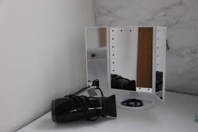 姿見、三面鏡、ドライヤー、コテ、ヘアゴムなどご自由にお使い下さい - スタジオcoco+(ココプラス)の設備の写真