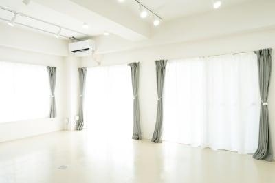 撮影フロアの窓は3面有ります。 2面が南東、1面が北東です。 直射ではないので柔らかな光が差し込みます。 - jaru studioの室内の写真