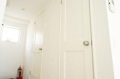 左側がメイクルーム、右側がトイレです。 - jaru studioの室内の写真