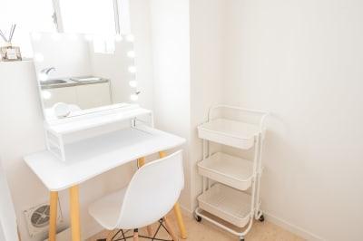 別室のメイクルームです。 ミラー付属のLEDライトは昼光色、電球色の切り替えが可能です。横にUSBポートもあるのでスマートフォン等の充電も可能です。 - jaru studioの室内の写真