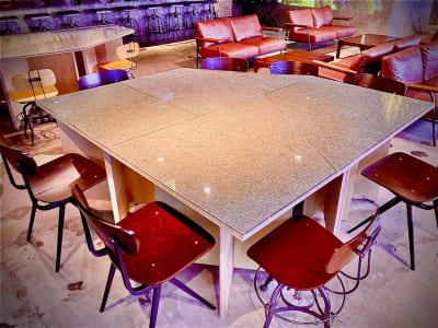 広々したカフェの店内で一部のテーブルであなたのギャラリーを開店して展示販売しませんか - アーキテクチャカフェ棲家 カフェ店内テーブルスペース貸の室内の写真