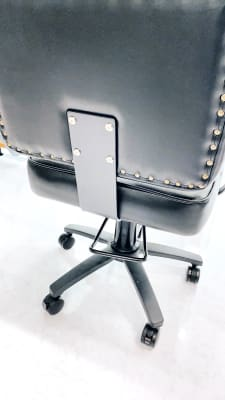 セット椅子はペダルで高さを調整いただけます。 キャスターにはストッパーが付いています。 セット椅子は全部で3台 サロンは貸切です。 - NINJA  竹下通り面貸しプライベートサロンの室内の写真