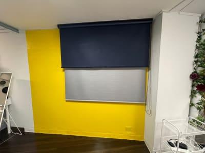 人気の黄色壁と ロールスクリーン グレーとネイビー 撮影につかえます! - STUDIO AIR-KOBE- 神戸最安レンタルスタジオ!!の室内の写真