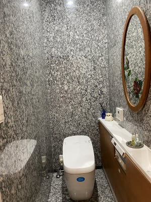 トイレも、大理石で囲まれた空間になってます。 音姫もついてますので、ご安心下さい。 - 貸しスペース GOLDの室内の写真