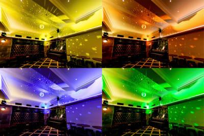 ミラーボール演出も可能です。様々な色に設定できます。徐々に色が変わっていく演出も出来ます。 (ミラーボール演出はオプション「ムービングライト」が必要です) - SuNaBa 多目的レンタルスペースの室内の写真