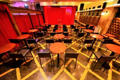 ハイテーブル、ハイチェアーレイアウト - SuNaBa 多目的レンタルスペースの室内の写真