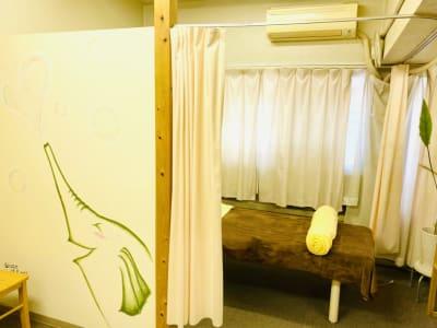 半面は壁で区切られています。 - ハチドリシェアサロン レンタルサロンスペースの室内の写真