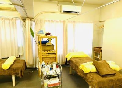 ベッド2台あり、カーテンで区切って完全に個室になります。 - ハチドリシェアサロン レンタルサロンスペースの室内の写真