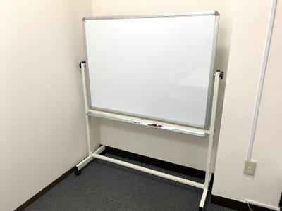 両面使いできるホワイトボードがあります。 - L&Cスペース日本橋駅前 D号室の設備の写真