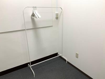 ハンガーラックもあります。 - L&Cスペース日本橋駅前 D号室の設備の写真