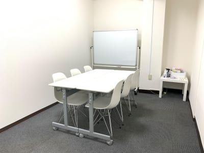 テーブルとイスは自由にレイアウトをかえてください。 - L&Cスペース日本橋駅前 D号室の設備の写真