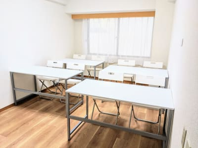 スクール形式で机を並べる場合、机を利用できる人数は8人です - リルワークス新大阪 【新大阪】貸し会議室の室内の写真