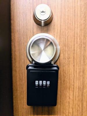 鍵の受け渡しはドアノブにあるキーボックスを使用します - リルワークス新大阪 【新大阪】貸し会議室の設備の写真