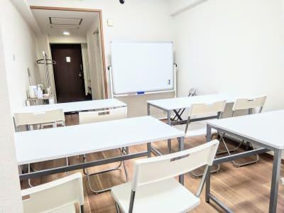 ホワイトボード、長机×4、イス×8 会議に必要な備品はご準備しております - リルワークス新大阪 【新大阪】貸し会議室の室内の写真