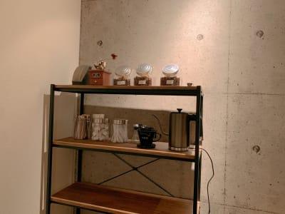 カフェエリアです。コーヒーもお飲みいただけます(有料) - なんばWestの設備の写真