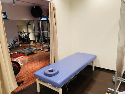 キネティックアーツ中目黒 本格的パーソナル専用ジムの室内の写真