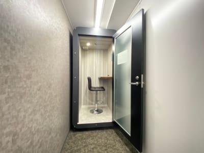 TIME SHARING新宿 テレワークブースの室内の写真