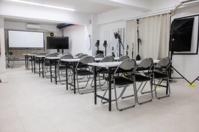 こちらは18名参加のセミナーイメージ。ホワイトボードは後ろの席からもよく見ます。 55インチの大型4Kモニターがあるので、様々なセミナーを行えます。※すべて無料で使用可♪ - studio valko スタジオ valko 横浜の室内の写真