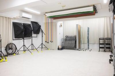 LEDライトはしっかりとしたサイズと光量のものが3台。サーキュレーターもパワーはバッチリ。パイプ椅子(20脚)や、着替え用の間仕切り。姿見も2つございます。※すべて無料で使用可♪ - studio valko スタジオ valko 横浜の設備の写真