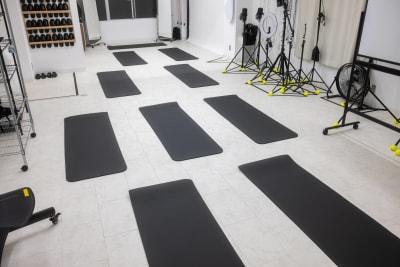 ヨガやストレッチ、筋トレなど、専用マットが10枚あるので手ぶらで参加者に来てもらえます。エアコンは2台あるので空調も安心です。電車でも車でもアクセスは◎※すべて無料で使用可♪ - studio valko スタジオ valko 横浜の室内の写真