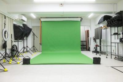 動画撮影の方に人気のクロマキーグリーンの2.7mペーパーをご用意。布と違ってたるみもありません!※すべて無料で使用可♪ - studio valko スタジオ valko 横浜の室内の写真