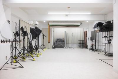 店内は60㎡の広々空間です。ホワイトボードも幅180cmの大きなものがございます。※すべて無料で使用可♪ - studio valko スタジオ valko 横浜の室内の写真