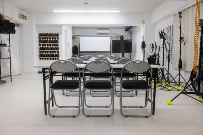 会議やミーティング、説明会やセミナーなど様々なビジネス仕様にも対応。会議用テーブル(1台あたり椅子3つ)は6つ。で、パイプ椅子は20脚あります。電車でも車でもアクセスは◎※すべて無料で使用可♪ - studio valko スタジオ valko 横浜の室内の写真