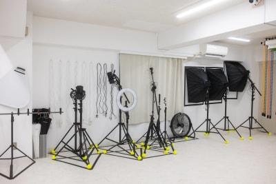 モノブロックストロボは全部で3台あります。リングライトや裸電球。さらにはタブレットホルダ、スマホホルダもございます。アンブレラもサイズ&黒白ともに充実※すべて無料で使用可♪ - studio valko スタジオ valko 横浜の設備の写真