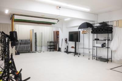 55型の大型4Kモニターがあるので、様々な用途が可能です。ストロボで使用するソフトボックスや、アンブレラにつけるディフューザーも充実※すべて無料で使用可♪ - studio valko スタジオ valko 横浜の設備の写真