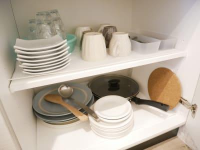 お部屋にはお皿やフライパンが用意されています - 7Rooms Hotel キッチン完備の新築ホテル客室!の室内の写真