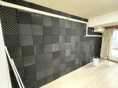 防音対策のため現在は片側の壁を写真の様に加工しています - レンタルスタジオ名城タンツェン 名城タンツェンの室内の写真