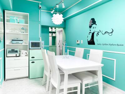 テーブル1台、椅子4脚、丸椅子2脚 - H.R.S.O 大須ティーブルー Heavenly 大須ブルーの室内の写真