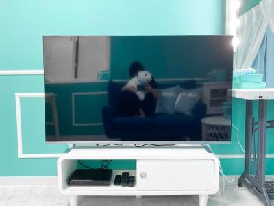 大型テレビで鑑賞会出来ます。 (DVDBlu-rayは別途料金です。(500円)) - H.R.S.O 大須ティーブルー Heavenly 大須ブルーの室内の写真