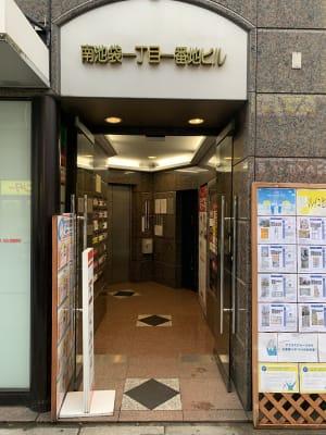 ビル入口。ここからエレベーターで8階に上がって下さい。 - IDPネイルスクール レンタルネイルサロン施術台Bの入口の写真