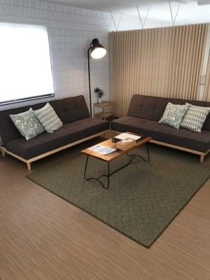 ゆっくりとソファーでもおくつろぎ頂けます。 - RIVERSUITES 多目的スペース【4階】の室内の写真