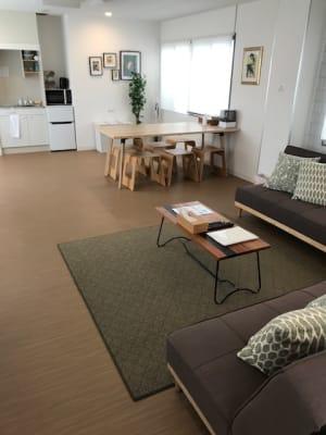 お部屋も広々60平米の空間です。荷物もたくさん置いて頂けます。 - RIVERSUITES 多目的スペース【4階】の室内の写真