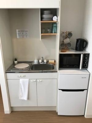 ミニキッチンを設備しています。簡単なお料理は可能ですし、プレートなど持ち込みも可能です。 - RIVERSUITES 多目的スペース【4階】の設備の写真