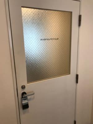 4階のお部屋の入口です。 - RIVERSUITES 多目的スペース【4階】の入口の写真