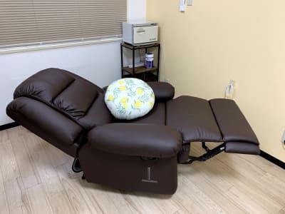 リクライニングチェアはほぼフラットになります - まちの会議室★東中野 リクライニングチェア★シトラスの室内の写真