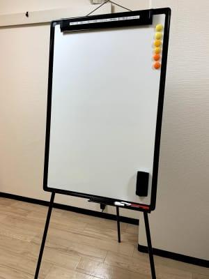 軽量コンパクトなホワイトボード - まちの会議室★東中野 リクライニングチェア★シトラスの室内の写真