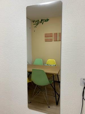 全身が映せる鏡は安全を配慮して壁に固定 - まちの会議室★東中野 リクライニングチェア★シトラスの室内の写真