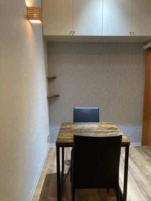 椅子と テーブル(70×70) を設置しています 床はフローリング - 占いsalonテラの椅子 レンタル・スペース②の室内の写真
