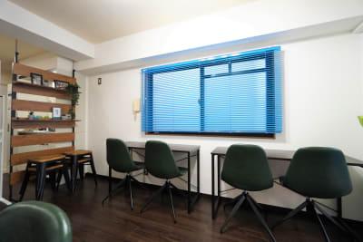 自習スタイル - マイスぺ24 京橋スペース レンタルオフィス 貸会議室 テレワークスペースの室内の写真
